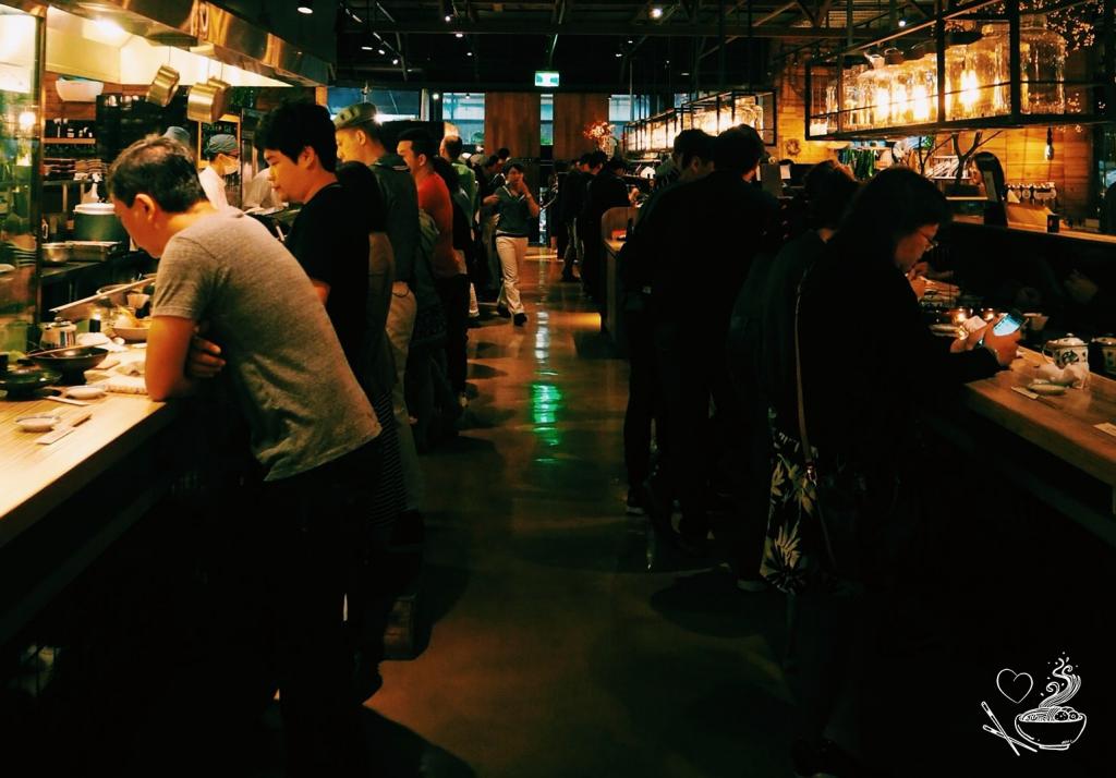 bar à ramen japonais avec plusieurs personnes qui en consomment